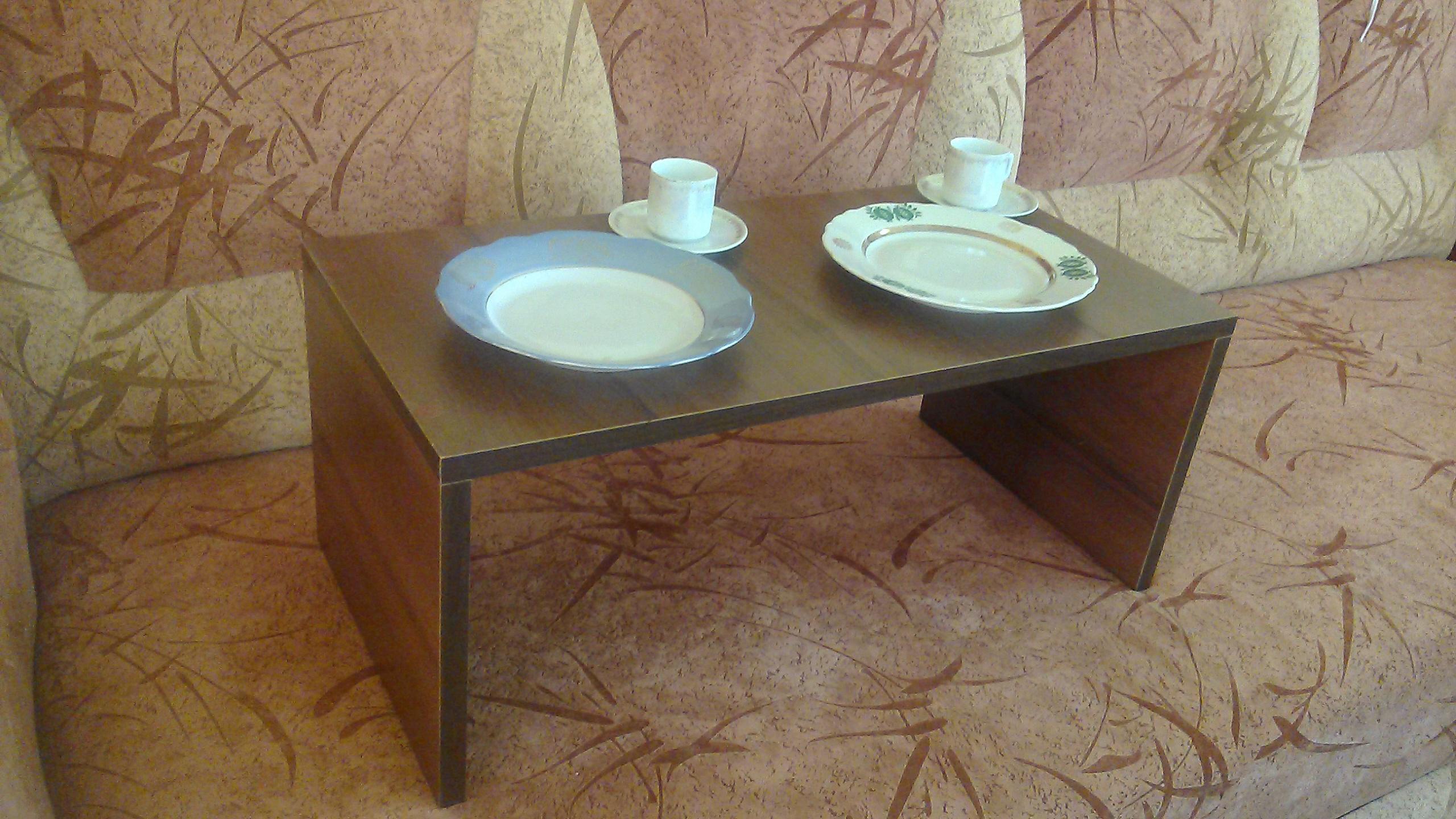столик для харчування на дивані, зображення 1